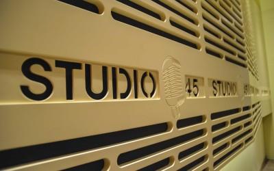 Studio-45---logo-na-zidu